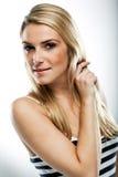 Schöne gebräunte junge blonde Frau Stockbilder