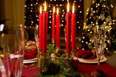 Schöne gediente Weihnachtstabelle mit Kerzen stockfoto