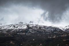 Schöne Gefangennahme eines Berges bedeckt mit Schnee lizenzfreie stockfotografie