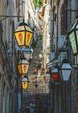 Schöne Gefangennahme von Leuten in Dubrovnik auf Treppe von schmalen Straßen lizenzfreie stockfotografie