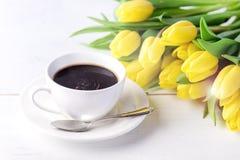 Schöne gelbe Tulpen auf weißer hölzerner Hintergrund-Tasse Kaffee-Frühstücks-Morgen-Feiertags-Geburtstags-Zusammensetzung Stockfotos