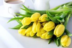 Schöne gelbe Tulpen auf weißer hölzerner Hintergrund-Tasse Kaffee-Frühstücks-Morgen-Feiertags-Geburtstags-Zusammensetzung Lizenzfreies Stockbild