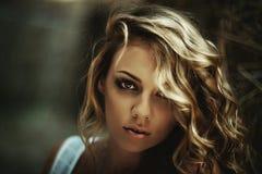 Schöne gelockte Frauen Stockbilder