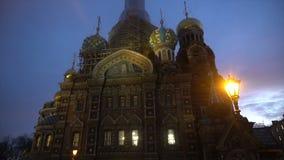 Schöne gemalte Kirche in St Petersburg stock video