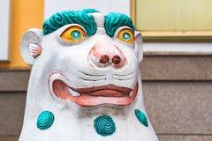 Schöne gemalte singha Statue nah Stockfotografie
