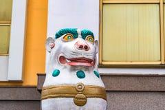 Schöne gemalte singha Statue nah Lizenzfreie Stockfotos