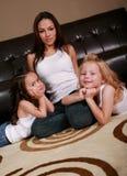 Schöne gemischtrassige Familie lizenzfreies stockbild