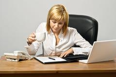 Schöne Geschäfts-Dame mit Kaffee Lizenzfreies Stockbild
