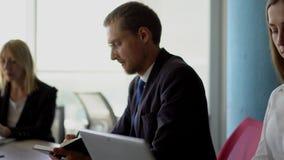 Schöne Geschäftsdame sitzt mit Laptop und arbeitet in der Konzentration stock video footage