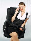 Schöne Geschäftsfrau auf Bürostuhl Stockfoto