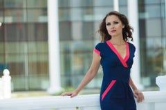 Schöne Geschäftsfrau, das moderne Büro Lizenzfreies Stockfoto