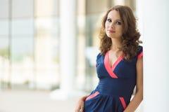 Schöne Geschäftsfrau, das moderne Büro Lizenzfreie Stockfotografie