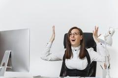 Schöne Geschäftsfrau in der Klagen- und Glasfunktion am Computer mit Dokumenten im hellen Büro lizenzfreies stockfoto