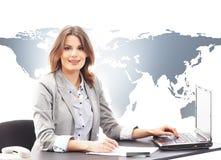 Schöne Geschäftsfrau, die auf laptop's Tastatur schreibt Stockfotos