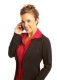 Schöne Geschäftsfrau, die auf Mobiltelefon spricht Stockbild