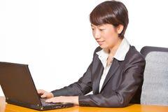 Schöne Geschäftsfrau, die an Computer arbeitet Lizenzfreies Stockbild