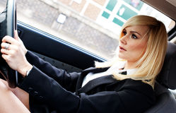 Schöne Geschäftsfrau, die ein Auto antreibt Stockbilder