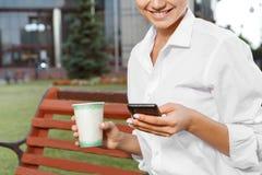 Schöne Geschäftsfrau, die eine Kaffeepause hat stockfotos