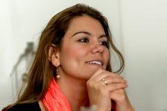 Schöne Geschäftsfrau, die eine Sitzung führt stockbild