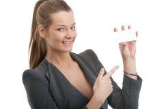 Schöne Geschäftsfrau, die eine unbelegte Karte anhält Stockfoto