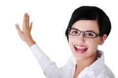 Schöne Geschäftsfrau, die Exemplarplatz zeigt Lizenzfreies Stockbild