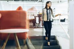 Schöne Geschäftsfrau, die hinunter die Treppe geht Lizenzfreies Stockfoto