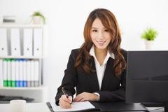Schöne Geschäftsfrau, die im Büro arbeitet lizenzfreie stockfotos
