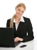 Schöne Geschäftsfrau, die an Laptop arbeitet Lizenzfreies Stockbild