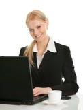 Schöne Geschäftsfrau, die an Laptop arbeitet Stockfoto