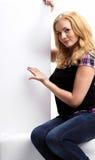 Schöne Geschäftsfrau, die leeren weißen Vorstand zeigt lizenzfreie stockbilder