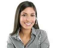 Schöne Geschäftsfrau, die mit Kopfhörer spricht Stockfoto