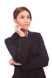 Schöne Geschäftsfrau, die nachdenklich schaut Stockbilder