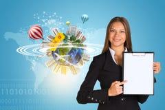 Schöne Geschäftsfrau, die Papierhalter hält Stockfoto