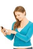 Schöne Geschäftsfrau, die per Telefon spricht Lizenzfreies Stockfoto