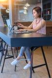 Schöne Geschäftsfrau, die an Schreibtisch arbeitet stockfotos