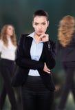 Schöne Geschäftsfrau, die Sie betrachtet Stockfoto