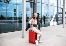 Schöne Geschäftsfrau gegen den Hintergrund des Flughafens lizenzfreie stockfotos