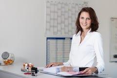 Schöne Geschäftsfrau handhabt Dateien Lizenzfreie Stockfotografie