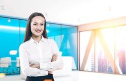 Schöne Geschäftsfrau im blauen Büro Lizenzfreie Stockfotos