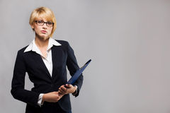 Schöne Geschäftsfrau mit Dokumentenfall Stockfoto