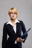 Schöne Geschäftsfrau mit Dokumentenfall Stockfotos