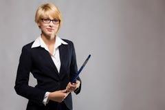 Schöne Geschäftsfrau mit Dokumentenfall Lizenzfreie Stockbilder