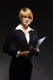 Schöne Geschäftsfrau mit Dokumentenfall Stockbild
