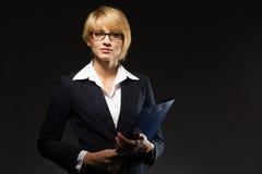Schöne Geschäftsfrau mit Dokumentenfall Stockbilder