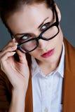 Schöne Geschäftsfrau mit Gläsern stockfoto