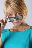 Schöne Geschäftsfrau mit Gläsern Lizenzfreie Stockfotos