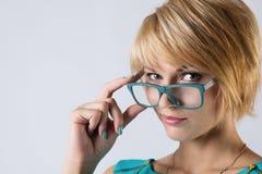 Schöne Geschäftsfrau mit Gläsern Lizenzfreie Stockfotografie