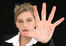Schöne Geschäftsfrau mit Handpalme heraus vor ihr Lizenzfreie Stockfotografie