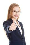 Schöne Geschäftsfrau mit ihrem Daumen oben, o.k. darstellend. Lizenzfreie Stockbilder