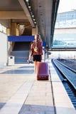 Schöne Geschäftsfrau mit Koffer lizenzfreie stockfotos